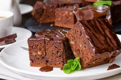 Пирожное шоколада с грецкими орехами на темной деревянной предпосылке стоковое фото