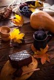 Пирожное шоколада с настроением чашки кофе и осени Стоковое Изображение