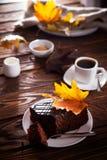 Пирожное шоколада с настроением чашки кофе и осени Стоковые Изображения RF