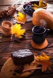 Пирожное шоколада с настроением чашки кофе и осени Стоковая Фотография RF