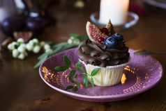 Пирожное шоколада с смоквами и ягодами на праздничной таблице стоковая фотография rf