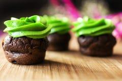 Пирожное шоколада мини с замораживать плавленого сыра зеленый Стоковая Фотография RF