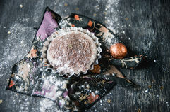 Пирожное шоколада рождества на деревянных досках. Жулик зимних отдыхов Стоковые Изображения