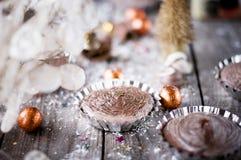 Пирожное шоколада рождества на деревянных досках. Концепция праздников Стоковое Изображение