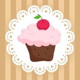 Пирожное шоколада с вишней на милой салфетке Стоковая Фотография
