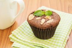 Пирожное шоколада с кружкой кофе стоковая фотография