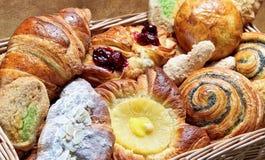 пирожные, кексы, круассаны, печенье 免版税图库摄影