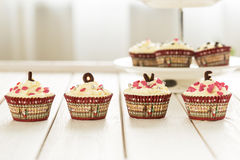 Пирожные бархата дня валентинок красные с брызгают на светлой белой деревянной предпосылке, горизонтальном взгляде Стоковое Изображение RF