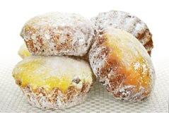 Пирожные в напудренном сахаре на скатерти на белой предпосылке Стоковое фото RF