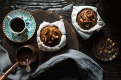 Пирожные и кофе банана на взгляд сверху деревянного стола Стоковая Фотография