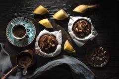 Пирожные и кофе банана на деревянном столе горизонтальном Стоковые Фото