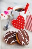Пирожные и кофе сделанные с влюбленностью Стоковые Изображения