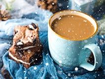 Пирожные и кофе с падая снегом Стоковые Фотографии RF