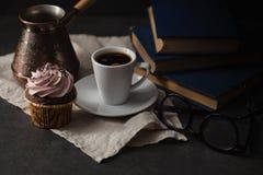 Пирожные и кофе шоколада на темной предпосылке Фото в dar Стоковые Изображения