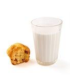 Пирожные и молоко на белизне Стоковые Изображения RF