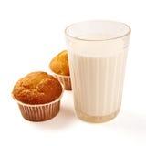 Пирожные и молоко на белизне Стоковое Изображение