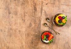 Пирожные и ложки на деревянном столе Стоковые Фотографии RF