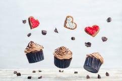 Пирожные и печенья шоколада летания в формах сердца Стоковая Фотография RF
