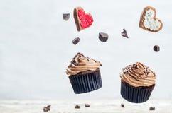 Пирожные и печенья шоколада летания в формах сердца Стоковая Фотография
