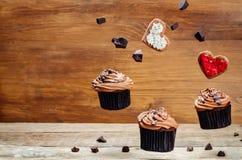 Пирожные и печенья шоколада летания в формах сердца Стоковое Изображение RF