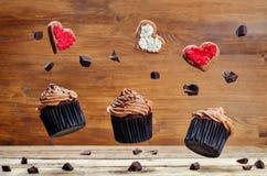Пирожные и печенья шоколада летания в формах сердца Стоковые Изображения RF