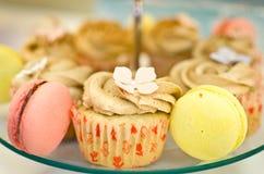 Пирожные и macaroons Стоковое Фото