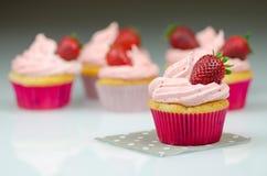 пирожные клубники с клубникой Пирожные и розовая замороженность с клубники на верхней части стоковые изображения