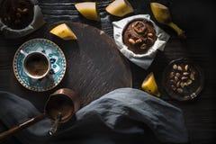 Пирожные кофе и банана на взгляд сверху деревянного стола Стоковое фото RF