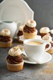 Пирожные кофе и сливк украшенные с donuts Стоковое фото RF
