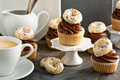Пирожные кофе и сливк украшенные с donuts Стоковые Фото