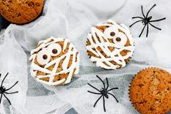 Пирожные мумии к партии хеллоуина Стоковые Фотографии RF