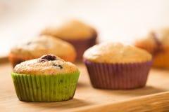 Пирожные на деревянной доске стоковое фото
