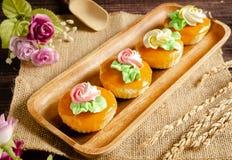 Пирожные на деревянном подносе Стоковое Изображение RF