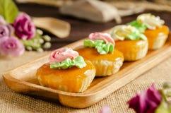 Пирожные на деревянном подносе Стоковые Фото