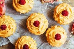Пирожные на деревянной таблице Домодельные украшенные булочки на плате Стоковые Фото