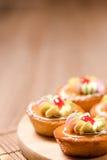 Пирожные на деревянной таблице Стоковые Изображения