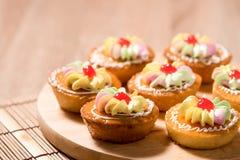 Пирожные на деревянной таблице Стоковое фото RF