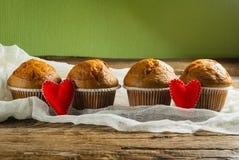 Пирожные на roustic деревянной предпосылке Сердца сделанные из войлока Стоковые Фото