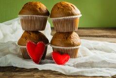 Пирожные на roustic деревянной предпосылке Сердца сделанные из войлока Стоковые Изображения RF