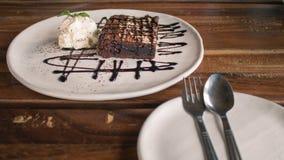 Пирожные покрытые с шоколадом и взбитой сливк стоковая фотография
