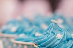Пирожные, при сливк, украшенная с сердцами, день валентинки, Международный женский день, влюбленность блокнот Валентайн стоковое фото rf