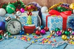 Пирожные рождества при покрашенная декоративная рождественская елка сделанная от mastic кондитерскаи Стоковые Изображения RF