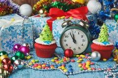 Пирожные рождества при покрашенная декоративная рождественская елка сделанная от mastic кондитерскаи Стоковые Фотографии RF