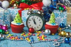 Пирожные рождества при покрашенная рождественская елка украшений сделанная от mastic кондитерскаи Стоковая Фотография RF