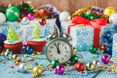 Пирожные рождества при покрашенная рождественская елка украшений сделанная от mastic кондитерскаи Стоковые Фотографии RF