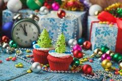 Пирожные рождества при покрашенная рождественская елка украшений сделанная от mastic кондитерскаи Стоковое Изображение