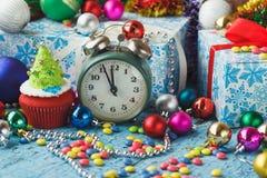 Пирожные рождества при покрашенное дерево украшений сделанное от mastic кондитерскаи Стоковая Фотография RF