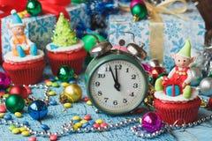 Пирожные рождества при покрашенные украшения сделанные от mastic кондитерскаи Стоковые Фотографии RF