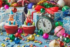 Пирожные рождества при покрашенные украшения сделанные от mastic кондитерскаи Стоковое фото RF