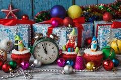 Пирожные рождества при покрашенные украшения сделанные от mastic кондитерскаи Стоковые Изображения